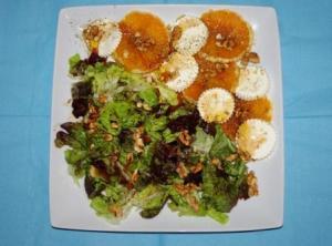 Ensalada de queso y naranja en plato