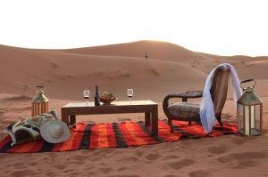 Vinito al atardecer en el desierto de Marruecos